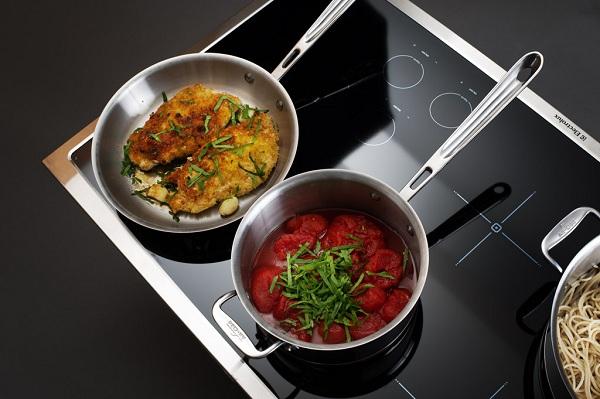 Kjøkkenutstyr på komfyren