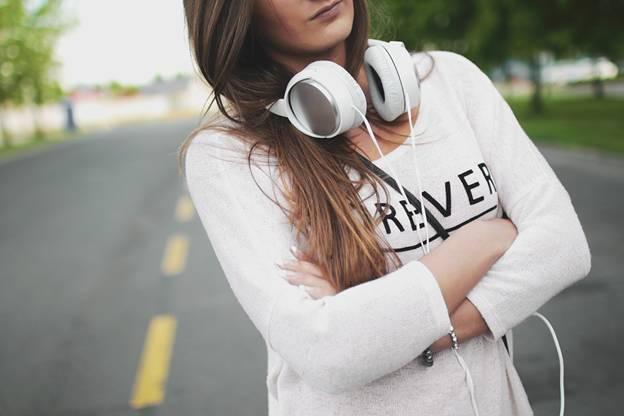 Pige med hvide hovedtelefoner