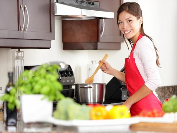 Jente på kjøkkenet