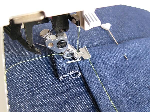 Jeans sur la machine à coudre