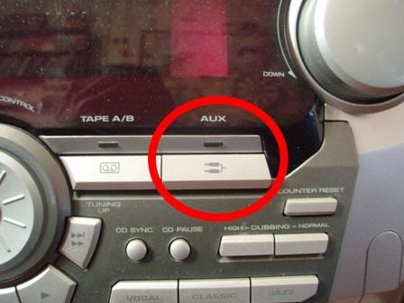 음악 센터의 AUX 버튼