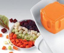 Memotong sayuran menjadi kiub pada pemproses makanan