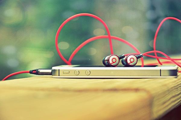 Telefon og hovedtelefoner