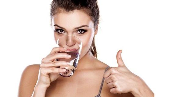 Kız bir bardaktan su içer