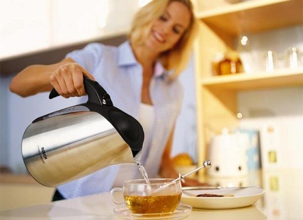 컵에서 차를 마시는 소녀