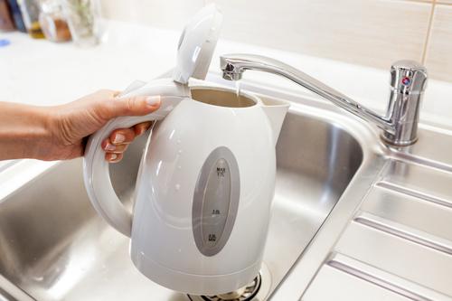 On tape de l'eau dans la bouilloire