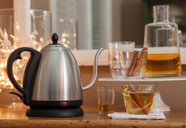 Elektrikli su ısıtıcısı ve bir fincan çay