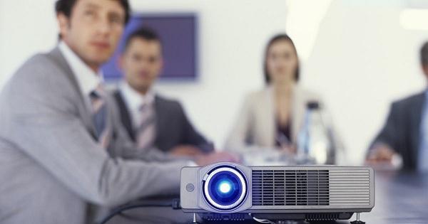 Projektor i konferencelokalet