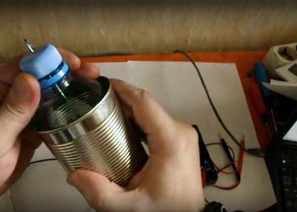 Boîte de conserve avec une bouteille en plastique