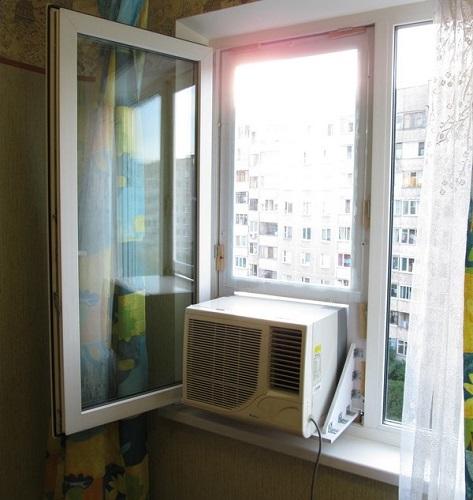 Plastik bir pencerede klima