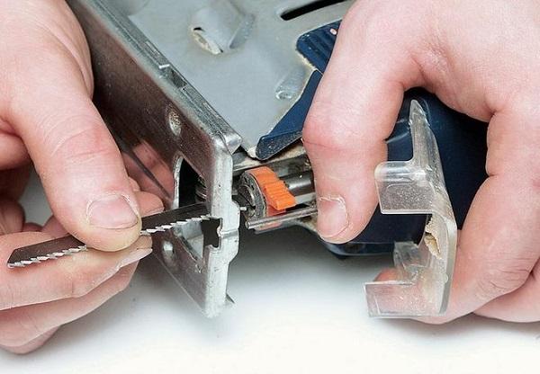 Remplacement de la scie dans la scie sauteuse avec système de libération rapide