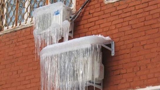 Buitenunit airconditioner bedekt met ijs