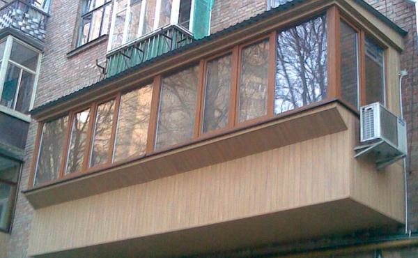 Air conditionné sur le balcon avec vitrage