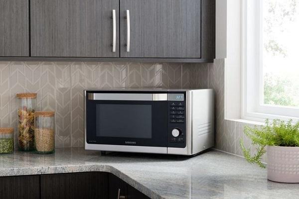 Köşe mutfakta mikrodalga