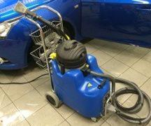 Az autó tisztítása gőzfejlesztővel
