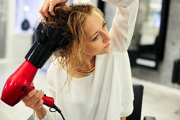 Massage de la tête avec diffuseur