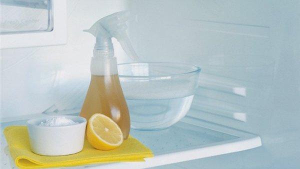 Buzdolabında limon, soda ve su