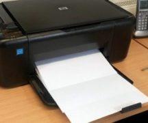 프린터가 흰색 시트를 인쇄합니다.