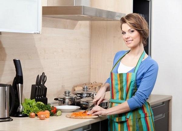 La fille cuisine dans la cuisine