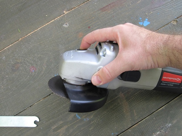 Fissaggio della smerigliatrice angolare del mandrino con un pulsante