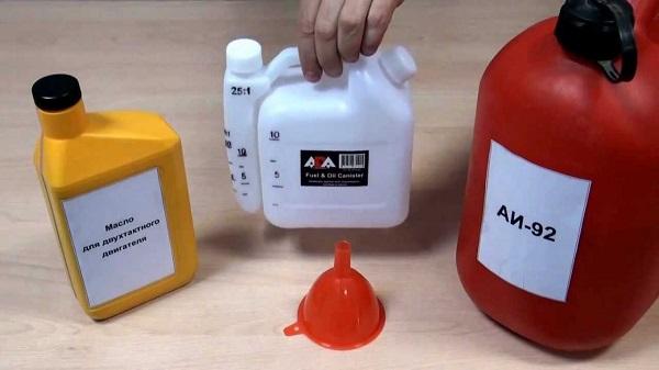 Blanding av olje og bensin