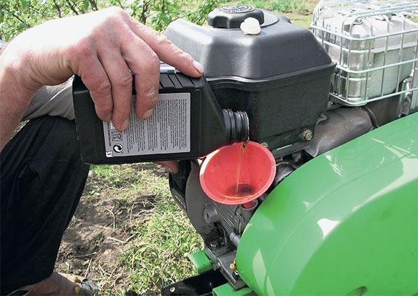 Çim biçme makinesi yağı