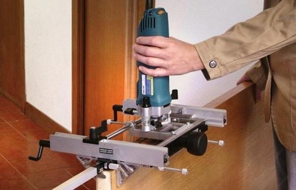 Kilitler ve menteşeler için özel cihaz