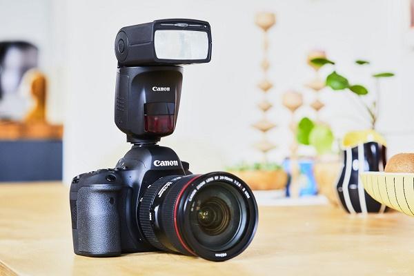 Flaş kamera