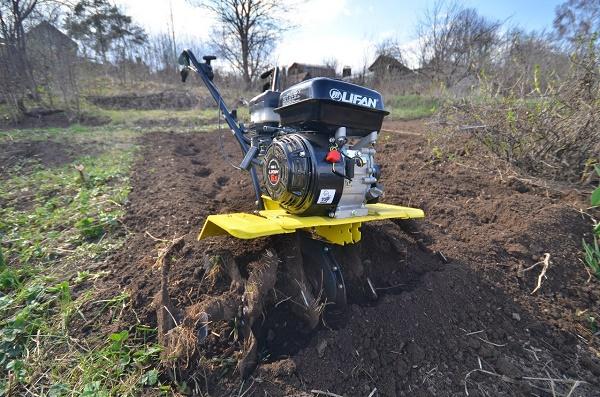 Motoblock desserrant le sol
