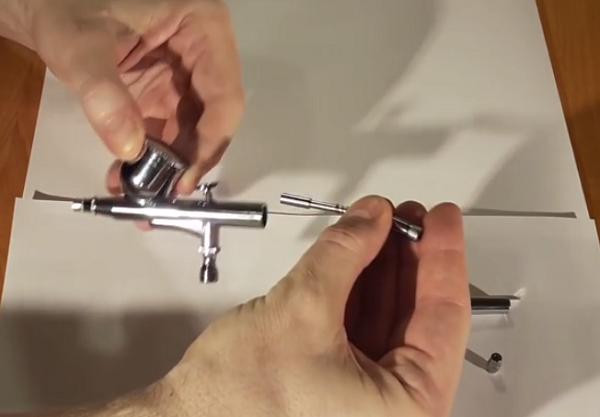 Mécanisme d'alimentation de l'aiguille avec pince de serrage