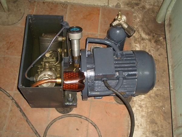 Kompressor av et to-trinns kompressorhode