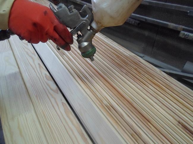 목재 부품의 페인트 칠하기