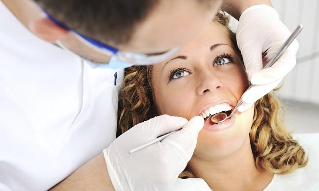 Fille chez le dentiste