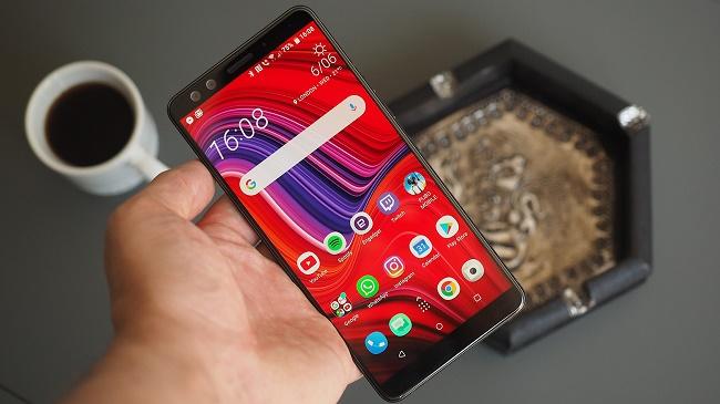Smartphone i handen