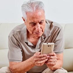 How to choose a smartphone for an elderly person